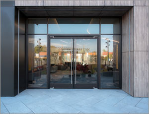 New Jersey apartment creates strong impression with aluminum balanced doors