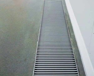 Trench radiators were installed flush with the floor to minimize visibility and keep views of the glass sculptors unobstructed. In addition to the floor's radiant heating system, the trenches around the perimeter save energy, heat or cool rapidly, and prevent condensation from forming on the glass envelope.