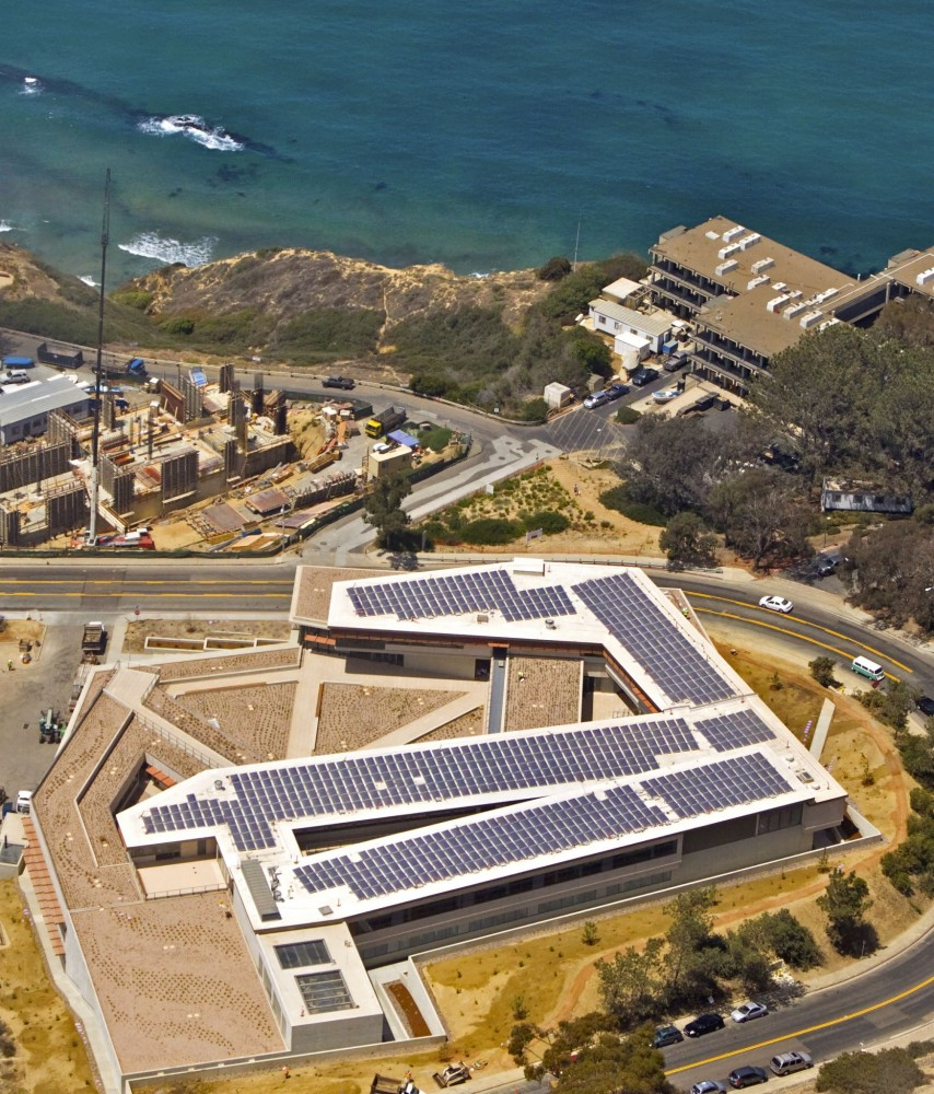 In La Jolla, Calfornia, the National Oceanic and Atmospheric Administration's (NOAA's) laboratory replacement project included 826 stand-up solar panels that complicated the roofi ng process immensely. Photo courtesy GAF and The Aerial Image