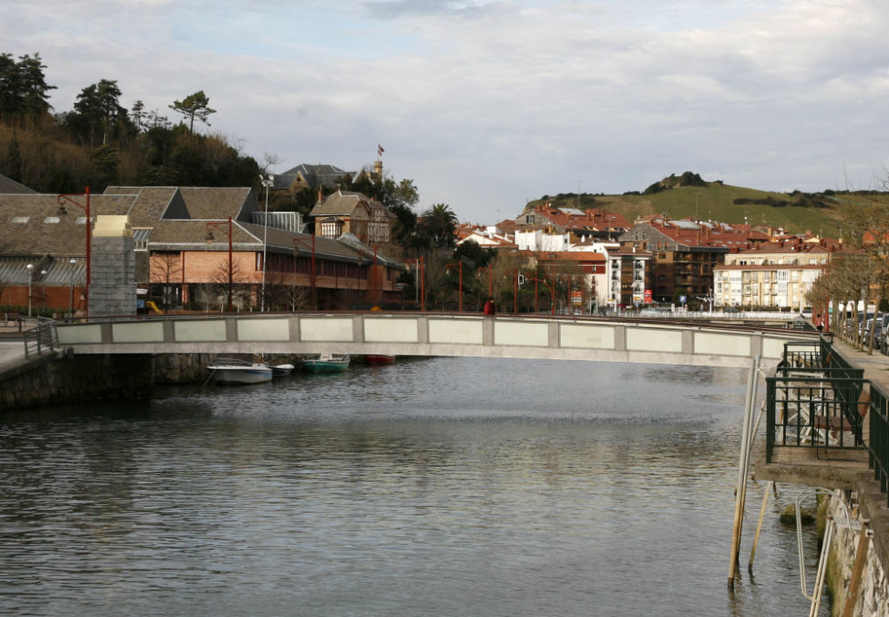 This bridge, for the small Basque city of Zumaia, needed to withstand the maritime climate, achieve a long service life, and be lightweight. Duplex stainless steel fit the bill. Photo © Ricardo Ferraz