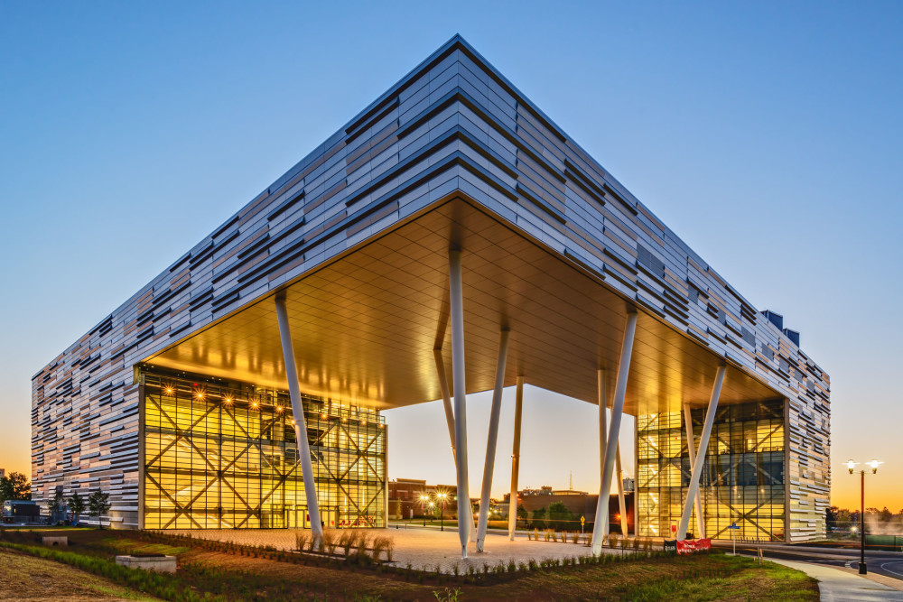 The Rutgers Business School in Piscataway, New Jersey, features a custom-fabricated proprietary interlock plank rainscreen system covering 2787 m2 (30,000 sf). Photos © Rutgers Business School. Photos courtesy Metalwërks