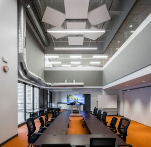 Acoustic stone wool ceiling systems enhance visual interest, employee comfort, and productivity at modern workplace in downtown Kansas City, Missouri. Photos © Chad Jackson Photography. Photos courtesy Rockfon