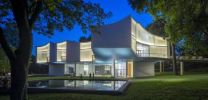 Ultra-clear low-iron channel glass with translucent white insulation creates a crystalline, white glass façade for Franklin & Marshall College's Winter Visual Arts Center in Lancaster, Pennsylvania. Photo © Paul Warchol
